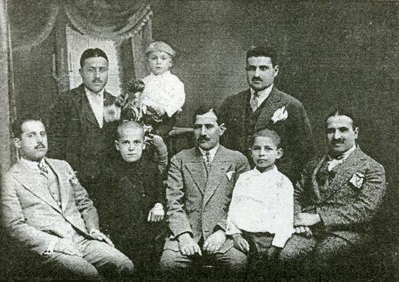 (Oturanlar soldan sağa) Mehmet Ferit Cemiloğlu, Vacdi Osman Cemiloğlu, Kadri Cemilpaşa, Fuat Kadri Cemilpaşa, Ekrem Cemilpaşa, (Ayaktakiler soldan sağa) Mustafa Nüzhet Cemilpaşa'nın bakıcısı, Mustafa Nüzhet Cemilpaşa, Bedri Cemilpaşa