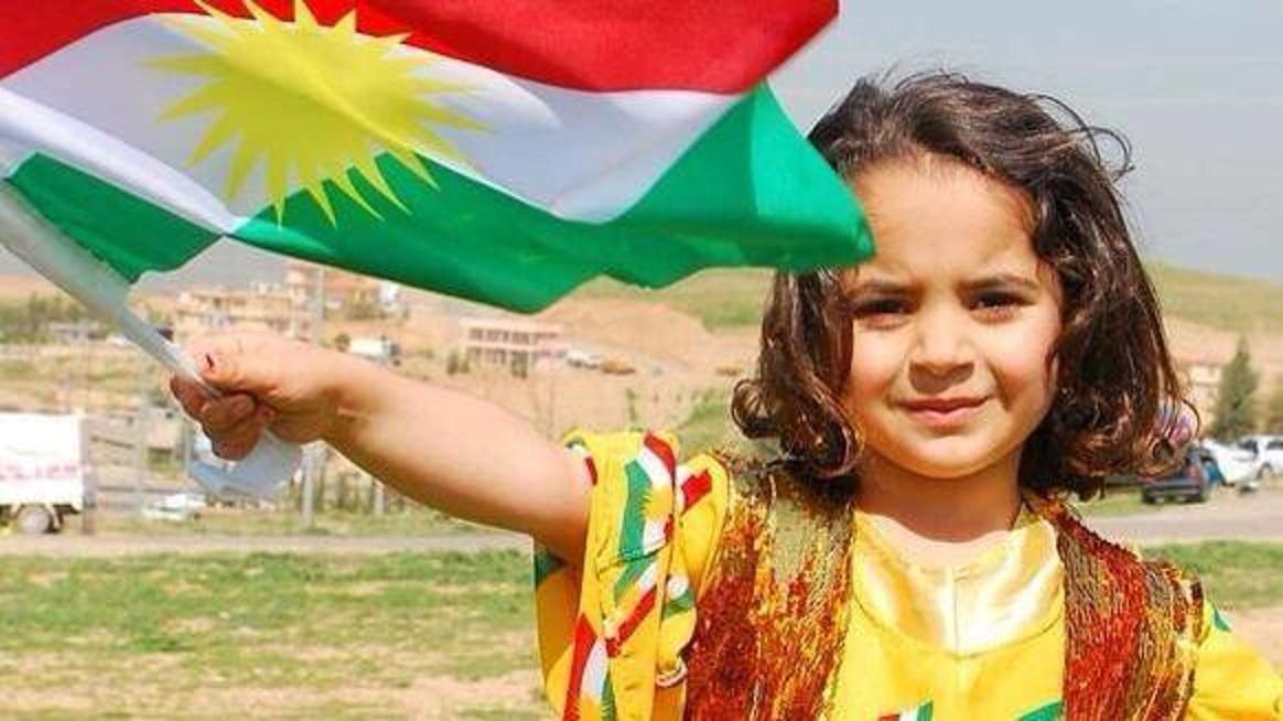 küçük kız kürdistan bayrağı