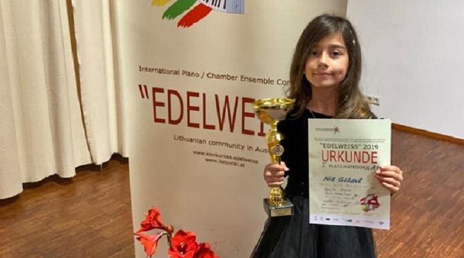 Antalyalı 8 Yaşındaki Nil Göksel, Viyana'daki Uluslararası Piyano Yarışması'nda Birinci Oldu
