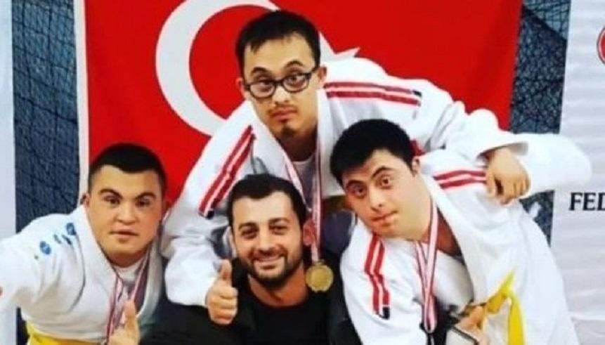 """Down Sendromlular Dünya Judo Şampiyonası'nda Talha Ahmet Erdem ve Doğukan Coşar """"Altın Madalya"""" Kazandılar"""